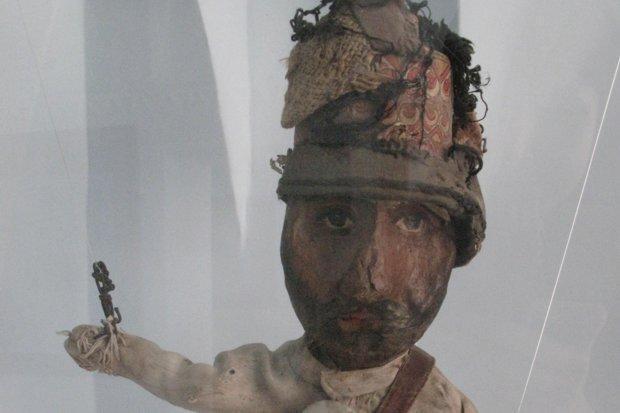عروسک 100 ساله مرمت می گردد